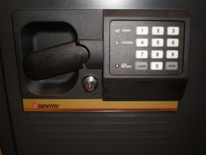 1280px-Sentry_Safe_class_350-2R_safe_combo_panel